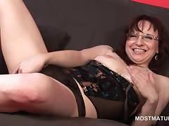 Mature hottie posing erotically..