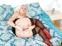 UK milf Kelly Cummins gives the..